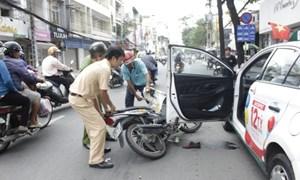 Mở cửa ô tô gây tai nạn, xử phạt thế nào?