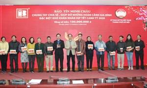 Hà Nội: Trao 100 suất quà tết cho người nghèo