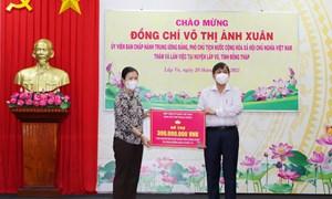 Phó Chủ tịch Trương Thị Ngọc Ánh trao số tiền 300 triệu đồng hỗ trợ tỉnh Đồng Tháp phòng, chống dịch