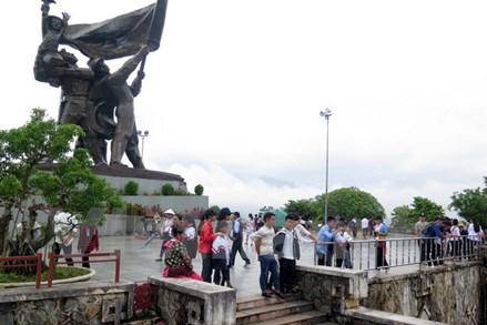 Người Mông tại Điện Biên nô nức xuống phố vui Tết Độc lập