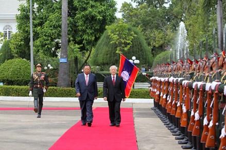 Việt Nam và Lào luôn kề vai sát cánh bên nhau