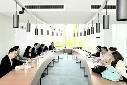 Phó Chủ tịch Bùi Thị Thanh làm việc với lãnh đạo Đảng Cộng sản Pháp