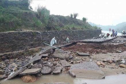 Quảng Trị: Hàng trăm người dân dầm mình trong lũ tìm người mất tích