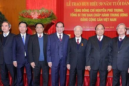 Trao Huy hiệu 50 năm tuổi Đảng tặng Tổng Bí thư Nguyễn Phú Trọng