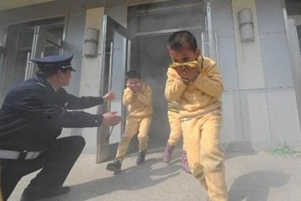 Lửa bốc cao, khói bao trùm đây là cách tốt nhất để thoát thân