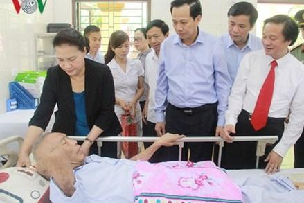 Chủ tịch Quốc hội thăm, tặng quà cho các thương, bệnh binh tỉnh Hà Nam
