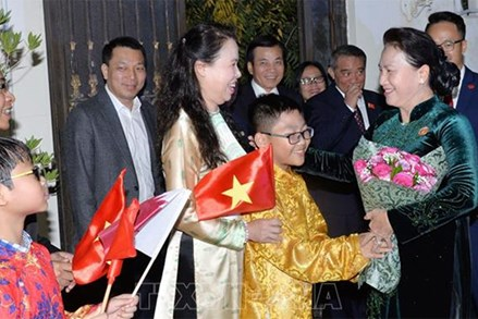 Chủ tịch Quốc hội Nguyễn Thị Kim Ngân gặp gỡ cán bộ Đại sứ quán, đại diện cộng đồng người Việt Nam tại Qatar