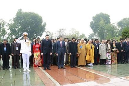 Đoàn đại biểu kiều bào dự Xuân Quê hương 2020 vào Lăng viếng Chủ tịch Hồ Chí Minh