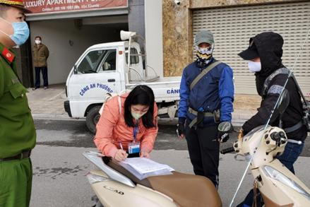 Xử phạt 3 người đầu tiên ra đường không chính đáng ở Hà Nội