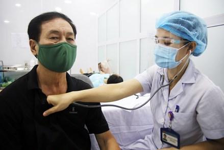 Cận cảnh quy trình tiêm chủng vắc xin phòng COVID-19 trên diện rộng tại Hà Nội