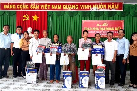 An Giang: Bàn giao 53 căn nhà Đại đoàn kết cho hộ nghèo