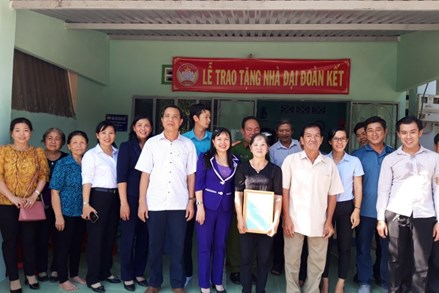 Thị xã Thuận An, tỉnh Bình Dương: Trao 5 căn nhà Đại đoàn kết cho các hộ nghèo