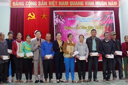 Mặt trận tỉnh Nghệ An chúc Tết người lao động