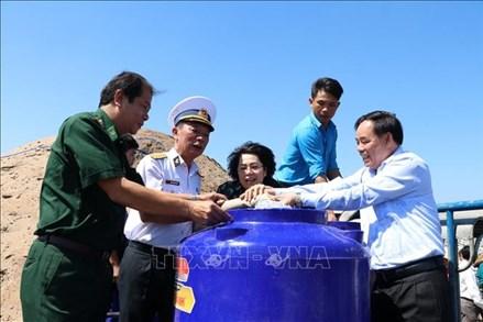 Tặng bồn chứa nước, nước ngọt cho người dân vùng hạn, mặn tỉnh Bến Tre