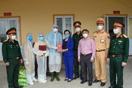 Chủ tịch MTTQ Nghệ An thăm, tặng quà cán bộ, chiến sỹ làm nhiệm vụ cách ly