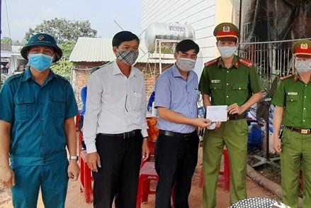 MTTQ huyện Duy Xuyên, Hiệp Đức (Quảng Nam): Thăm, tặng quà, động viên lực lượng làm nhiệm vụ phòng, chống dịch Covid-19 và người dân trong khu cách ly tập trung.