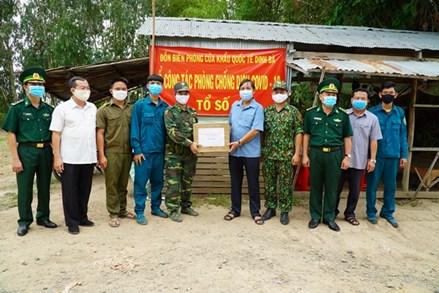 Ban Thường trực Ủy ban Mặt trận Tổ quốc Việt Nam tỉnh Đồng Tháp thăm các chốt phòng, chống dịch Covid-19 trên tuyến biên giới