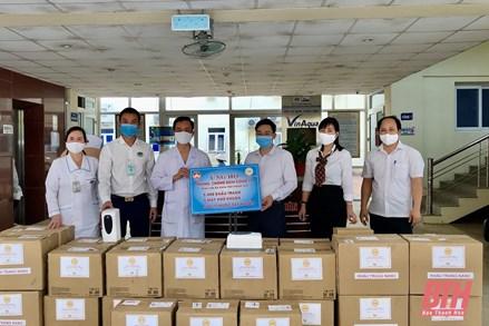 Ủy ban MTTQ tỉnh Thanh Hóa trao khẩu trang và một số trang thiết bị phòng, chống dịch COVID -19 cho các đơn vị