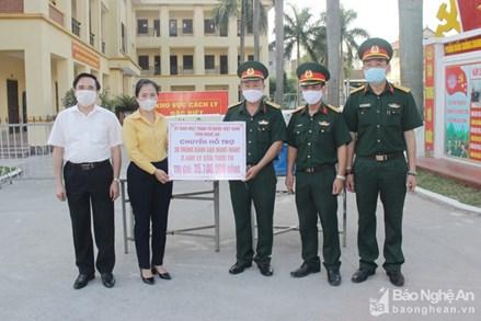 Chủ tịch UBMTTQ tỉnh Nghệ An tặng quà các điểm cách ly tập trung tại thành phố Vinh