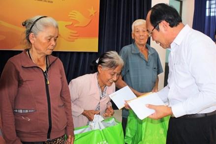 Quảng Nam: Tặng 150 suất quà cho người nghèo bị ảnh hưởng dịch Covid-19