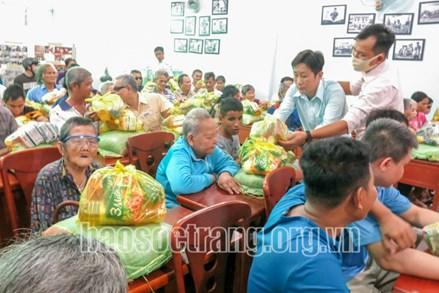 Ủy ban MTTQ tỉnh Sóc Trăng trao tặng 570 phần quà cho người khiếm thị và người khuyết tật