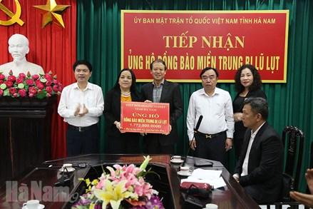 Ủy ban MTTQ tỉnh Hà Nam tiếp nhận ủng hộ đồng bào miền Trung
