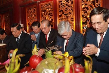 Phó Thủ tướng Trương Hòa Bình cùng đoàn đại biểu toàn quốc các dân tộc Việt Nam dâng hương tưởng niệm các Vua Hùng