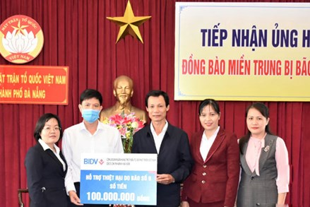 Đà Nẵng:Trao 300 triệu đồng cho 13 hộ dân thiệt hại nhà ở do bão số 9