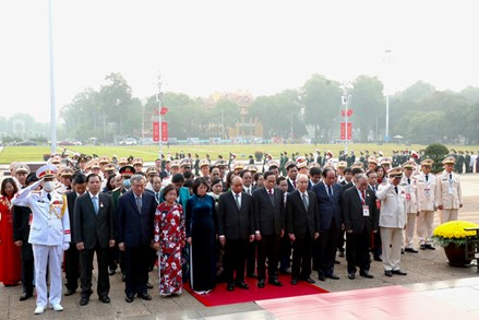 Đoàn đại biểu dự Đại hội Thi đua yêu nước toàn quốc lần thứ X viếng Lăng Chủ tịch Hồ Chí Minh