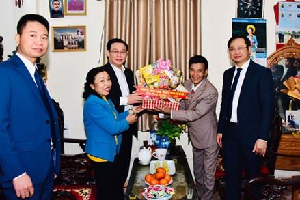Bí thư Thành ủy Vương Đình Huệ tặng nhà Đại đoàn kết và thăm giáo dân, chúc mừng Giáng sinh