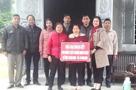 """Hòa Bình: Bàn giao nhà """"Đại đoàn kết"""" cho hộ nghèo xã Thu Phong"""