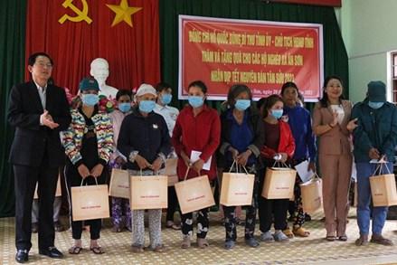 Bình Định: Tặng quà cho hộ nghèo, gia đình chính sách nhân dịp Tết Nguyên đán 2021