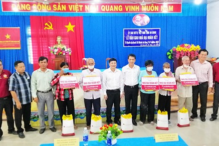 An Giang:Bàn giao 5 căn nhà Đại đoàn kết cho hộ nghèo ở Tịnh Biên