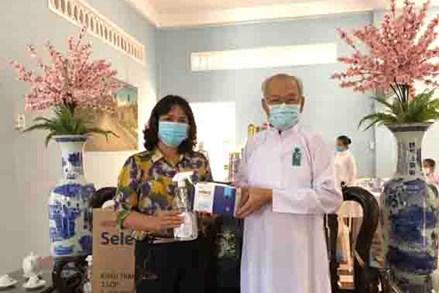 Ủy ban MTTQVN tỉnh Tây Ninh: Tặng khẩu trang, nước sát khuẩn cho Hội thánh Cao Đài Tòa thánh Tây Ninh