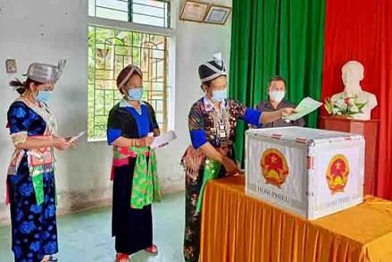 Đồng bào dân tộc thiểu số ở Nghệ An náo nức đi bỏ phiếu sớm