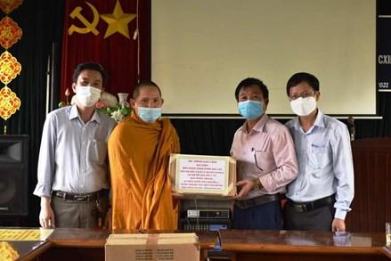 Ia Grai: Ban trị sự Giáo hội Phật giáo Việt Nam tỉnh Gia Lai tặng vật dụng y tế cho khu cách ly
