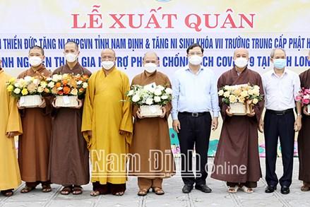 """Nam Định: Tiễn các tăng, ni """"cởi áo cà sa khoác áo blouse trắng lên đường phòng, chống dịch"""""""