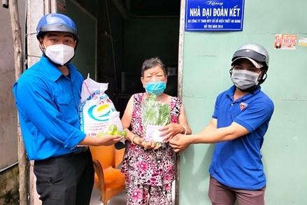 TP. Châu Đốc tiếp tục hỗ trợ 2.500 hộ yếu thế bị ảnh hưởng COVID-19