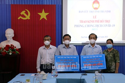 Ủy ban MTTQ Việt Nam tỉnh Trà Vinh: Trao 2,3 tỷ đồng cho các địa phương phòng, chống dịch bệnh Covid-19
