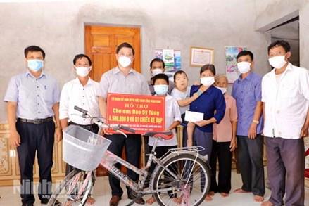 MTTQ tỉnh Ninh Bình trao quà cho học sinh nghèo vượt khó huyện Nho Quan