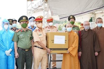 Ban Trị sự GHPGVN TP.Hà Nội thăm, tặng quà đến các chốt kiểm dịch phòng Covid-19