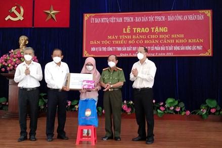 TP.Hồ Chí Minh trao tặng máy tính bảng hỗ trợ học sinh dân tộc thiểu số