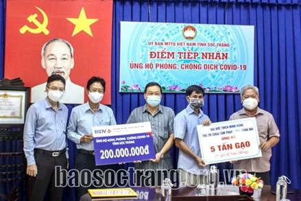 Ủy ban MTTQ Việt Nam tỉnh Sóc Trăng tiếp nhận 200 triệu đồng và 5 tấn gạo ủng hộ phòng, chống dịch Covid-19