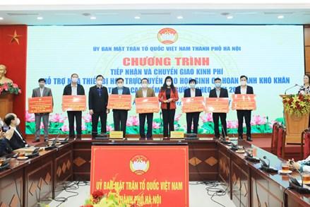 Ủy ban MTTQ TP Hà Nội trao kinh phí hỗ trợ mua thiết bị học tập cho học sinh đặc biệt khó khăn