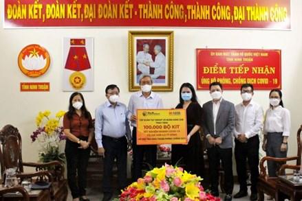 Ủy ban MTTQ Việt Nam tỉnh Ninh Thuận tiếp nhận 100.000 bộ Kit xét nghiệm nhanh COVID-19