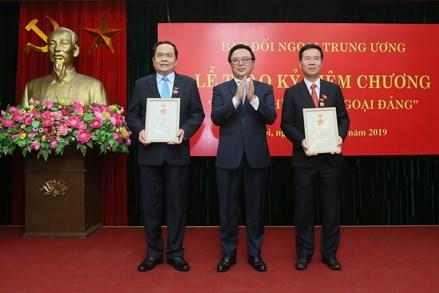 """Chủ tịch Trần Thanh Mẫn nhận Kỷ niệm chương """"Vì sự nghiệp đối ngoại Đảng"""""""