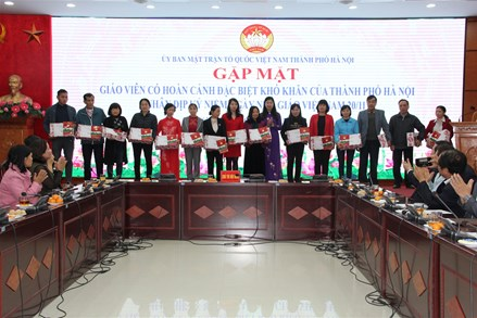 Tặng quà 50 giáo viên có hoàn cảnh đặc biệt khó khăn trên địa bàn thành phố Hà Nội