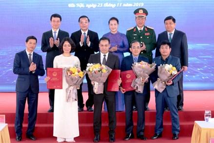 Chủ tịch Quốc hội Nguyễn Thị Kim Ngân thăm và làm việc tại Khu Công nghệ cao Hòa Lạc