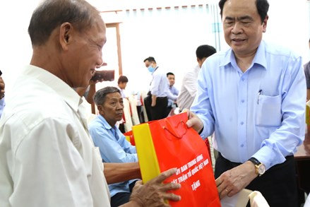 Chủ tịch Trần Thanh Mẫn thăm hỏi, tặng quà người có công tại TP Cần Thơ