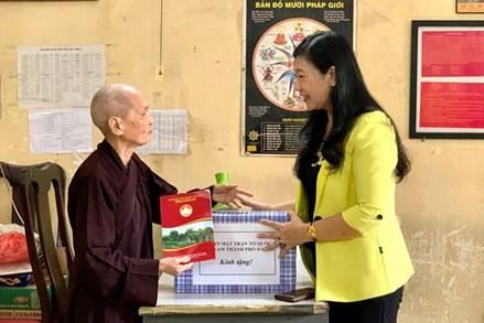 Mặt trận Hà Nội thăm, tặng quà các vị chức sắc tôn giáo là thân nhân liệt sĩ